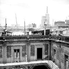 Torre Latinoamericana e interior de una vencindad colonial, vista parcial.1950