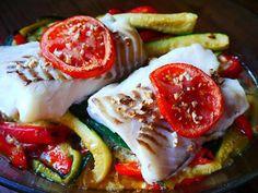La meilleure recette de Dos de cabillaud au four sur son lit de légumes! L'essayer, c'est l'adopter! 5.0/5 (8 votes), 13 Commentaires. Ingrédients: - 1 dos de cabillaud pour 2 personnes - 2 courgettes - 1 poivron - 1 oignon - 2 gousses d' ail Food Hub, Fish Stew, Fish And Seafood, Food Presentation, Caprese Salad, Cooking Time, Entrees, Nutrition, Food And Drink