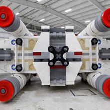5,335,200 peças de lego, 17,336 horas e um time de designers, builders, engenheiros, mecânicos e experts em logística foram o necessário para construir o maior modelo do X-wing Starfighter, do filme Star Wars.
