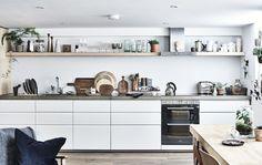 Bílá kuchyně, deska a police