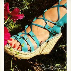 Sandalias de tires cruzadas, sandalias de gladiadora, en piel y cuña de yute de 10cm de Altura. En color turquesa.A to gusto. Sandals modelo mesalinas top 10.2
