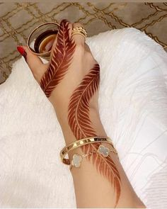 Searching for stylish mehndi designs for the party that look gorgeous? Stylish Mehndi Design is the best mehndi design for any func. Finger Henna Designs, Full Hand Mehndi Designs, Simple Arabic Mehndi Designs, Henna Art Designs, Mehndi Designs For Girls, Stylish Mehndi Designs, Mehndi Designs For Beginners, Dulhan Mehndi Designs, Mehndi Design Photos