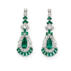Art Deco Sapphire and Diamond Ring, Circa 1925 Art Deco-inspired ring. Art deco earrings ca. Art Deco Earrings, Emerald Earrings, Emerald Jewelry, Art Deco Jewelry, Fine Jewelry, Rock Jewelry, Green Earrings, Bridal Earrings, Crystal Earrings