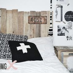 lit palette recyclees on pinterest pallet beds pallet headboards and reclaimed wood headboard. Black Bedroom Furniture Sets. Home Design Ideas