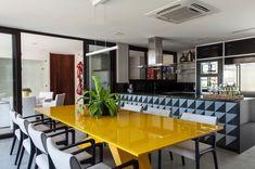 na-casa-em-salvador-ba-projetada-por-sidney-quintela-a-sala-de-jantar-e-integrada-a-cozinha-pelo-balcao-o-diferencial-fica-por-conta-do-contraste-do-amarelo-da-mesa-laqueada-e-do-1448032920272_1920x1274.jpg (1920×1274)