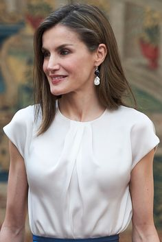 Queen Letizia of Spain Photos - Queen Letizia of Spain attends the annual meeting with members of Princess of Asturias Foundation at El Pardo palace on June 2017 in Madrid, Spain. - Spanish Royals Meet the Members of 'Princesa De Asturias' Foundation White Silk Blouse, Sewing Blouses, White Caps, Queen Letizia, Summer Skirts, Business Outfits, Work Attire, I Dress, Feminine Fashion