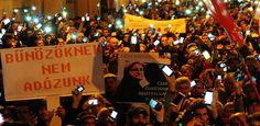 Magyarországon legalább 25 városban Külföldön, Németországban, Angliában, Ausztriában és Belgiumban tüntetnek a kormány ellen. Nem tudjuk az elmúlt 25 évben volt-e példa egyszerre ennyi tüntetésre országszerte, de mi sok gondolkodás után se találtunk ilyen alkalmat. Ha esetleg tud valaki más tüntetésről azt a...