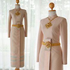 ชุดไทยบรมพิมาน ผ้านุ่งสีพลาสเทลโทนสุภาพ พร้อมเครื่องประดับทองงานช่างโบราณ สวยหรูในราคาที่คุณสัมผัสได้ -สนใจนัดลองชุดได้ไม่มีค่าใช้จ่าย… Thai Wedding Dress, Wedding Dresses, Oriental Dress, Thai Traditional Dress, Thai Dress, Batik Dress, Dress Suits, Lolita Dress, Bridesmaid Dresses