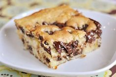 This chocolate chip cake is so moist and tender! Incredibly easy to make, the sprinkle of cinnamon and sugar with the chocolate chips puts it over the top! Sweet Recipes, Cake Recipes, Dessert Recipes, Simple Recipes, Köstliche Desserts, Delicious Desserts, Yummy Food, Cupcakes, Cupcake Cakes
