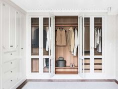 7 trevliga trick som organiserar din garderob med stil | Sköna hem Walk In Closet Design, Wardrobe Design, Closet Designs, Closet Bedroom, Closet Space, Dressing Room Design, Dressing Rooms, Decoration, Glass Doors