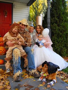 Wizard of Oz Family costume idea. Not exactly sure why I thought of Pham Pham Mumea other than the gender/numbers are right ; Family Themed Halloween Costumes, Cute Costumes, Family Costumes, Halloween Themes, Costume Ideas, Halloween 2016, Baby Halloween, Wizard Of Oz, Holiday Fun
