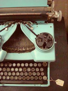 Olvídate de mirar horas y horas las redes sociales y desconéctate un rato… ¡Y qué mejor para hacerlo que una máquina de escribir rebonita! #typewriter #write #green #loveit