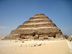 Autore sconosciuto - Piramide di Djoser - tra 2737 e 2717 a.C. - architettura monumentale in pietra calcarea - Saqqara --- La più antica mai costruita, è solo parte del vasto complesso funerario dedicato al faraone della III dinastia (da parte di Imhotep) Djoser. Per via delle mastabe, si suppone che il progetto sia stato modificato in itinere. É alta 62 m e possiede una base con lati maggiori di 100 m.