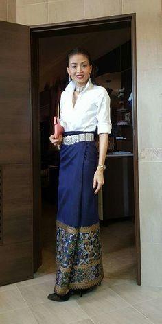 Thai Fashion, 60 Fashion, Skirt Fashion, Fashion Dresses, Myanmar Traditional Dress, Thai Traditional Dress, Traditional Outfits, T Dress, Silk Dress