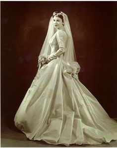 Vintage Wedding Dresses Here is a typical bride's wedding dress from the Fifties. Vintage Gowns, Vintage Bridal, Vintage Weddings, Romantic Weddings, Wedding Attire, Wedding Gowns, Old Wedding Photos, Wedding Pictures, Bride Gowns