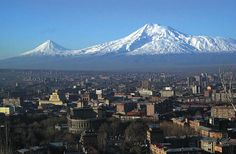 Vista panorámica de la ciudad de Yerevan con el monte Ararat al fondo