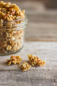 Wonderfully sticky and clumpy, this Homemade Coconut Oil Honey Almond Granola will make your day! The Best Homemade Maple Granola Build Your Own Homemade Granola (Muesli) Real Food Recipes, Cooking Recipes, Yummy Food, Coconut Oil Recipes Food, Tasty, Healthy Snacks, Healthy Eating, Healthy Recipes, Law Carb