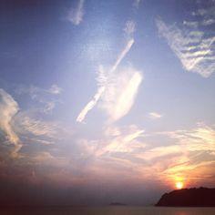 青い空に筆でちょっとラクガキしたような夕景