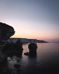 🌙 𝐒𝐔𝐍𝐑𝐈𝐒𝐄 Tandis que le jour se couche après cette journée, je vous partage une photo du lever de soleil sur les falaises de Bonifacio, un moment magique et magnifique 💕 Belle soirée . . . #bonifacio #bonifaciotourisme #corse #corsedusud #corse_ile_de_beaute #corsica #sunrise #sunrisephotography #sunriselover #exploretocreate #explorefrance #hellofrance #tourismefrance #voyageenfrance