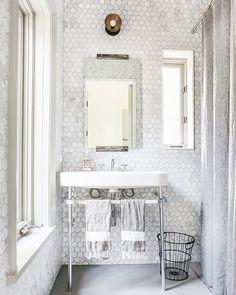 Inspiración geométrica... Este baño de azulejos hexagonales efecto mármol es precioso.