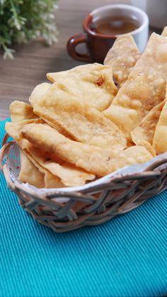 Keripik bawang adalah salah satu cemilan yang terbuat dari tepung terigu, tepung sagu dan tentunya bawang merah dan bawang putih. Rasa khas dari kedua bawang ini menjadikan keripik bawang memiliki rasa gurih-gurih asin.