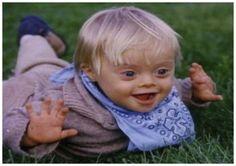 El niño con síndrome de Down que ha sido estimulado adecuadamente es capaz de jugar solo y divertirse, experimentando cómo funcionan las cosas que tiene a su alcance, pero conviene que todos jueguen y compartan actividades con él, pues será un tiempo inestimable para reforzar lazos e impulsar su desarrollo.