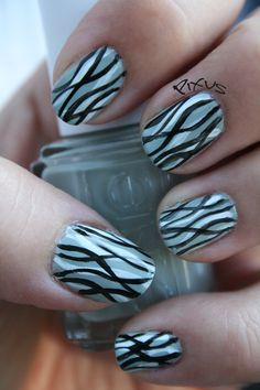 80 ideas to create the best Halloween nail decoration - My Nails Simple Nails Design, Nail Design Spring, Nail Swag, Shellac, Essie, Water Marble Nails, Nail Polish, Party Nails, Halloween Nail Art