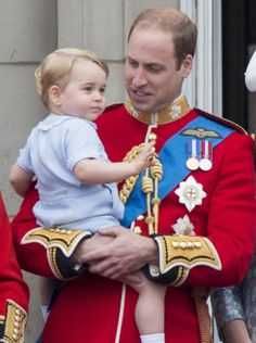 A chacune de ses apparitions, le prince George vole la vedette à la famille royale, comme son père en son temps. Samedi, le fils de William a fait sa première apparition au balcon de Buckingham à l'occasion du Trooping the Colour. Et la photo de famille avait un air de déjà vu.