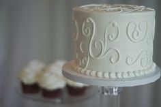 Wedding cake single tier and red velvet cupcakes