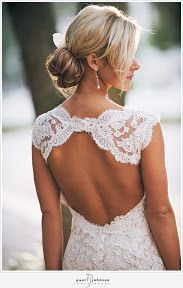 La espalda de este traje de novia es perfecta para una boda en la playa