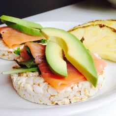 Pineapple & rice cakes with salmon & avocado. Pineapple Rice, Salmon Avocado, Bento Box Lunch, Rice Cakes, Cake Toppings, Lunch Time, Lunch Ideas, Healthy Eats, Bud