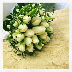 Matrimonio bouquet sposa con tulipani bianchi per un matrimonio rito civile www.fioreriasarmeola.com