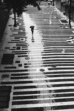 camino por las calles buscandote en el reflejo de la lluvia y el sonido del trueno en la lejania me hace recordar como latia de fuerte tu corazon contra mi pecho.....