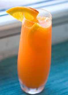 The Fizzy Bunny Mimosa 1 part chilled carrot juice 1 part fresh squeezed orange juice 3-4 parts champagne or prosecco sparkling wine — (sub ginger ale or fizzy cider for virgin bunnies) dash of cayenne garnish: orange slices