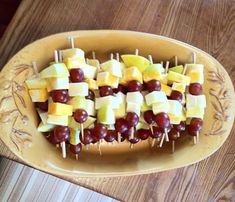 Great for potluck Sundays! Easy vegetarian appetizer: Thread cheese cubes, grapes and apple chunks onto food skewers and serve in a pretty bowl. Protein Snacks, Healthy Snacks, Fruit Kabobs, Skewers, Cheese Cubes, Vegetarian Appetizers, Clean Eating Snacks, Snack Recipes, Food And Drink