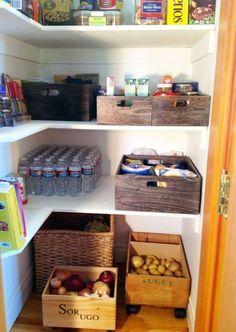 Cajas de vino en la despensa