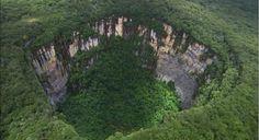 Sumidero de Sarisariñama son agujeros misteriosos que aparecen en el campo de Venezuela.