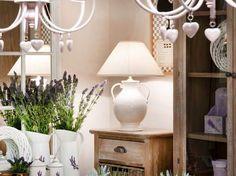 Kunsztowne lampy ręcznie formowane, malowane i zdobione w pracowni ceramicznej Peter Woodland Lamps, stanowią doskonałe uzupełnienie zarówno wnętrz urządzonych w stylu klasycznym, jak i wnętrz nowoczesnych. Projektowane w różnych stylach form klasycznych, nowoczesnych oraz te zupełnie wyjątkowe, których bazę stanowią kopie starożytnych naczyń helleńskich rozświetlają wnętrza Stylowego Zakątka mogą rozświetlić i Twoje. Serdecznie zapraszamy do Stylowego Zakątka M&S zawsze Modnie & Stylowo.