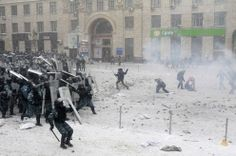 Pro-European protesters clash with riot policemen in Kiev, on January 22, 2014. (Reuters/Gleb Garanich