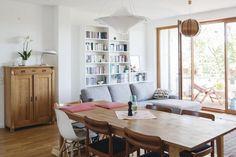 Wunderschön helles Wohn-/Esszimmer mit Holzmöbel und Parkettboden sowie Balkonzugang. #Bücherregal #Wohnzimmer #Essbereich