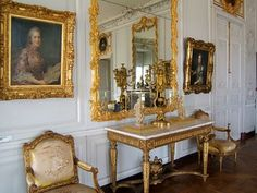 Versailles, Louis Xiv, Victorian Style Furniture, Inside Castles, Masculine Interior, French Royalty, Ceiling Detail, Trendy Furniture, French History