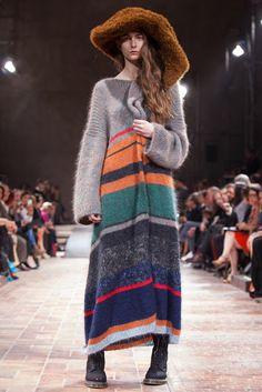 Looks cozy. Berlins Gallery Weekend Kicks Off With Yohji Yamamoto Runway Show - Slideshow Knitwear Fashion, Knit Fashion, Fashion News, Boho Fashion, Runway Fashion, Yohji Yamamoto, Japanese Fashion Designers, Bohemian Mode, Mode Inspiration