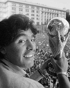 Pills Mix: Diego Maradona - Data y Fotos Football Icon, Football Design, Football Soccer, Fifa, History Of Soccer, Diego Armando, Football Images, Football Wallpaper, Professional Football