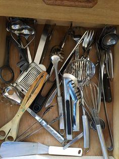Diverse visper, eggdeler, klyper, serveringsbestikk m.m Innhold kan være flyttet
