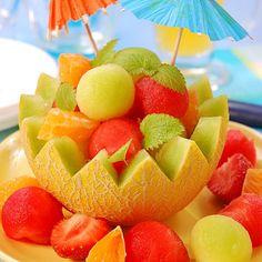 Macedonia de frutas tropicales helada.
