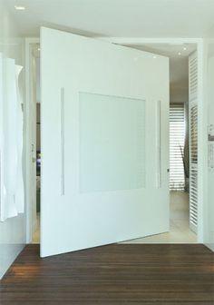 As medidas generosas do vão (2,80 x 3,25 m) permitiram à arquiteta Jóia Bergamo criar a porta de MDF e vidro (Guardian) com pivô central para a Casa Cor São Paulo. Execução da Marcenaria Neymar. Por R$ 10 mil.