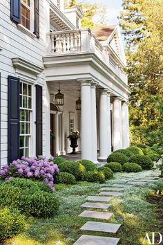 A Colonial Revival Residence in California Provides the Perfect Homebase for a Young Family | Architectural Digest Exterior Tradicional, Traditional Exterior, Traditional Kitchens, California Homes, Sunny California, Architectural Digest, Front Yard Landscaping, Landscaping Ideas, Exterior Design