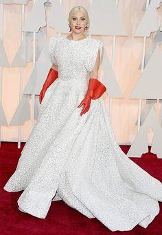 Oscar-Luxus: 1.600 Stunden arbeiteten 25 Kunsthandwerker an Lady Gagas Alaïa-Robe. Es ist übrigens die einzige maßgeschneiderte Robe von Designer Azzedine Alaïa eines Stars auf dem Roten Teppich.