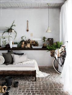 VÄXER och KRYDDA har kommit till IKEA varuhusen! Två serier som gör det möjligt att bejaka odlingslusten även om du bor i en stad utan tillgång till trädgård eller balkong. Längst upp på hyllan till vänster; VÄXER plant- och groddlåda med lock, VÄXER odlingsmedia rotningskuber. På bänken; VÄXER ställning för växtbelysning, VÄXER LED växtbelysning, VÄXER insatsset för odling. Ta en vilopaus i odlingen på DIY-dagbädden, en betsad FJELLSE sängstomme, med SINNERLIG kuddfodral.