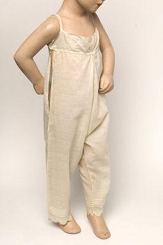 ▲Pantalon de lingerie en batiste pour fillette, Angleterre, vers 1800  Victoria & Albert Museum, Londres